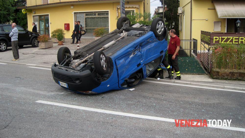 Incidente Marano di Mira stazione oggi auto ribaltata 10