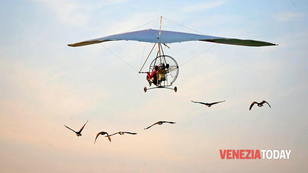 Achille Casarano in deltaplano con gli uccelli su Venezia