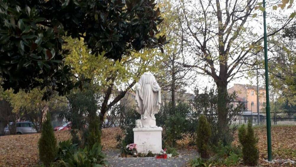 Marghera, vandalo decapita la statua della Madonna