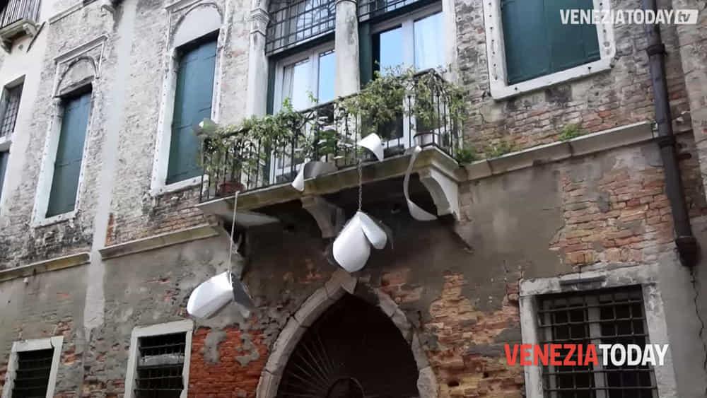 Le opere della biennale conquistano la citt di venezia - Arte bagno veneta quarto d altino ...